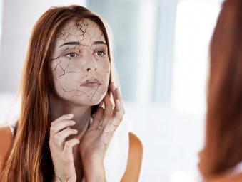 Лицо женщины превращается в серую, потрескавшуюся шелуху после единственного пропущенного дня ухода за кожей