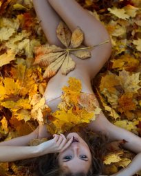 Осень деву прячет в листьях